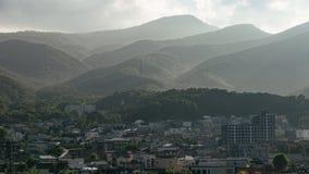 Landskap av staden med berget i Hokkaido, Japan fotografering för bildbyråer
