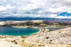 Landskap av staden av Pag, Kroatien arkivfoton
