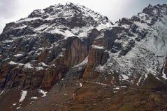 Landskap av stora berg och moln Arkivbild