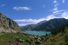 Landskap av stora Dragon Lake i det Tianshan berget Arkivbild