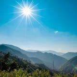 Landskap av Sunny Mountain och blå himmel i bygd av Thail Arkivfoto
