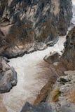 Landskap av tigern som hoppar klyftan. Tibet. Kina. Arkivbilder