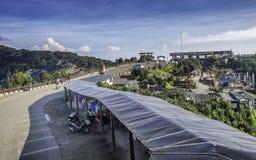 Landskap av väg- och folkaktivitet i Tangkuban Perahu den turist- dragningen Arkivfoto