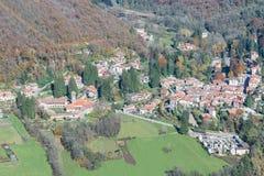 Landskap av Varese mellan den Varese staden och sjön Maggiore, Italien Valganna by av Ganna som är bekant för Badia di San Gemolo royaltyfri bild