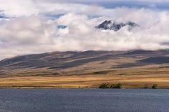 Landskap av Volcano Potts bak sjön Clearwater, Nya Zeeland Arkivbilder