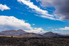 Landskap av volcanoes och ?verf?rd till fast form lava i den Timanfaya nationalparken arkivfoto
