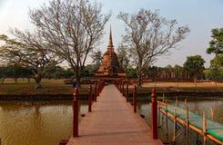 Landskap av Wat Sa Si, en forntida buddistisk tempel i historiska Sukhothai parkerar, med den majestätiska pagoden Stupa i bakgru Royaltyfri Fotografi
