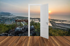 Landskap bak öppningsdörren, 3D Royaltyfri Fotografi