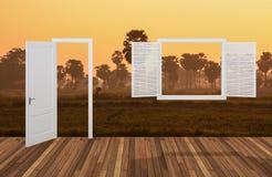 Landskap bak det öppningsdörren och fönstret Royaltyfri Foto
