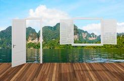 Landskap bak öppningsdörren och fönstret, 3D Royaltyfri Foto