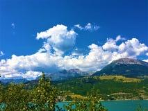 Landskap: berg, himmel och sjön arkivfoton