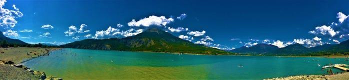 Landskap: berg, himmel och sjön royaltyfri fotografi