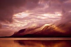 Landskap Berg och sjö i mist i morgon med den gula sänkan Arkivbild