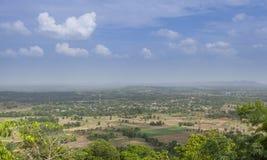 Landskap, bergfält och himmel Arkivfoto
