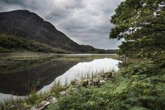 Landskap bilden av berget reflekterad i den stilla sjön på sommar mo Royaltyfri Bild