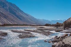 Landskap bilden av den blåa Shyok floden på vägen till den Nubra dalen med bakgrund för berget och för blå himmel arkivfoton