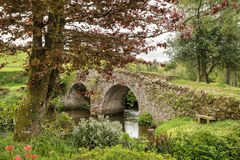 Landskap bilden av den medeltida bron i flodinbrott engelskt c Royaltyfri Foto