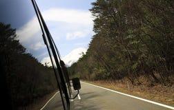 Landskap bilden med reflekterar på vägen till fuji Arkivbilder