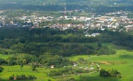 Landskap, byar och grönt fält Arkivfoto