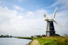 Landskap den svartvita windmillen för Norfolk en sjödistrikt i Norfolk royaltyfri fotografi