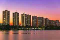 Landskap det byggande moderna affärsområdet av bangkok på twilgien Arkivfoton