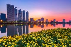 Landskap det byggande moderna affärsområdet av bangkok på twilgien Royaltyfria Bilder