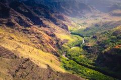 Landskap detaljen av den Waime kanjonen och floden på soluppgång, Kauai Arkivfoto