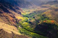 Landskap detaljen av den Waime kanjonen och floden på soluppgång, Kauai, Hawaii Royaltyfria Foton