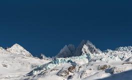 Landskap för alpin glaciär i eftermiddagsol i vinter Arkivbild