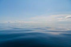 Landskap för bakgrund för blått havshav och för blå himmel tropiskt royaltyfri foto