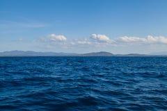 Landskap för bakgrund för blått havshav och för blå himmel tropiskt royaltyfri fotografi