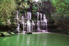 Landskap för bergflodvattenfall royaltyfri fotografi