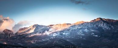 Landskap för bergpanoramasolnedgång med bergmaxima i det Europa landet Montenegro royaltyfri foto