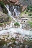 Landskap för bergskogvattenfall Kapuzbasi vattenfall i Kayseri, Turkiet royaltyfri bild
