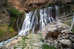 Landskap för bergskogvattenfall Kapuzbasi vattenfall i Kayseri, Turkiet Arkivbilder
