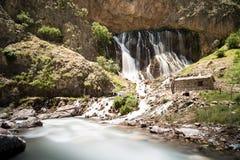 Landskap för bergskogvattenfall Kapuzbasi vattenfall i Kayseri, Turkiet Arkivbild