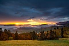 Landskap för Bucovina höstsoluppgång i Rumänien med mist och berg royaltyfri foto
