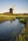 Landskap för bygd för gammal dräneringwindpumpväderkvarn på engelska Arkivfoto