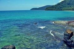Landskap för Coral Clear Sea Tropical Wild kustberg arkivfoto