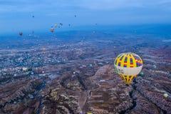 Landskap för flyg för ballonger för varm luft i den molniga blåa himlen royaltyfria bilder