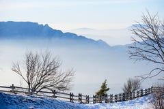 Landskap för flyg- sikt för härlig fransk fjällängvinter panorama- med en fantastisk molnig bergbakgrund för blå ogenomskinlighet Royaltyfria Bilder