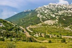 Landskap för gräsplan för Velebit bergPrezid passerande royaltyfri bild