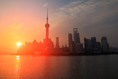 Landskap för gryningskybakgrund i Shanghaien arkivfoton