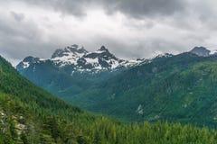 Landskap för högt berg med tunga regniga moln Royaltyfri Bild
