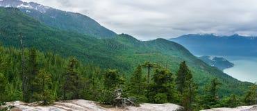 Landskap för högt berg med tunga regniga moln Arkivfoton