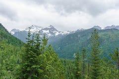 Landskap för högt berg med tunga regniga moln Arkivbild