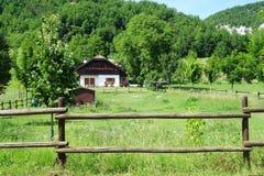 Landskap för husgräsplanfält Arkivfoto