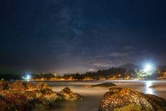 Landskap för Kata nattstrand på Phuket Arkivbild