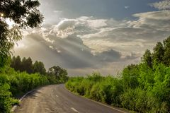 Landskap för lång väg efter regnet arkivbilder