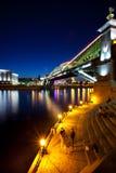 Landskap för Moskvastadsnatt med en bro Arkivfoto